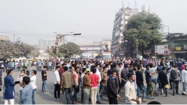নীলক্ষেত মোড় অবরোধ করেছেন ৭ কলেজের শিক্ষার্থীরা, যান চলাচল বন্ধ