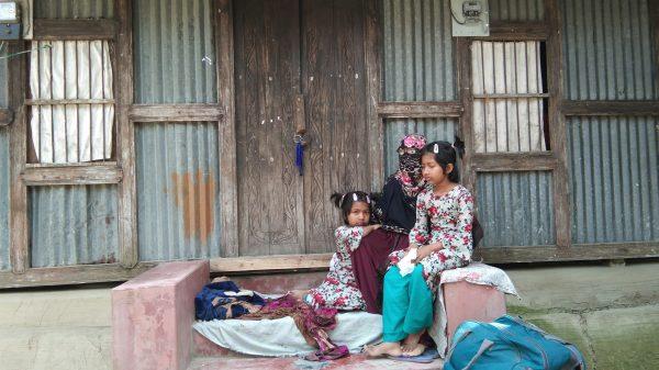 বাউফলে স্বামীর ঘরের সামনে স্ত্রী ও সন্তানদের অনশন