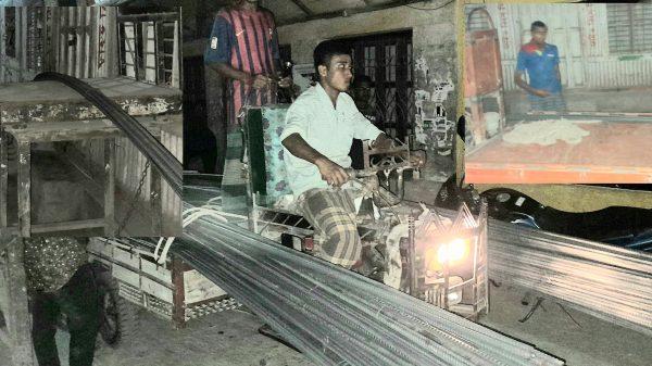 বানারীপাড়ায় লকডাউনের আইন মানছেন না বাজার কমিটির সম্পাদক